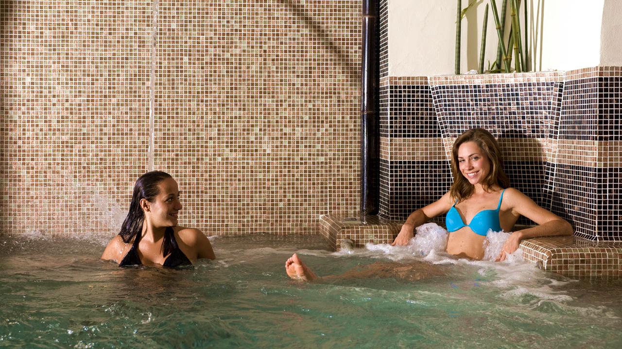 Amiche in piscina idromassaggio