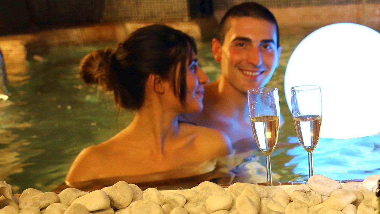 Lui e Lei in piscina con idromassaggio